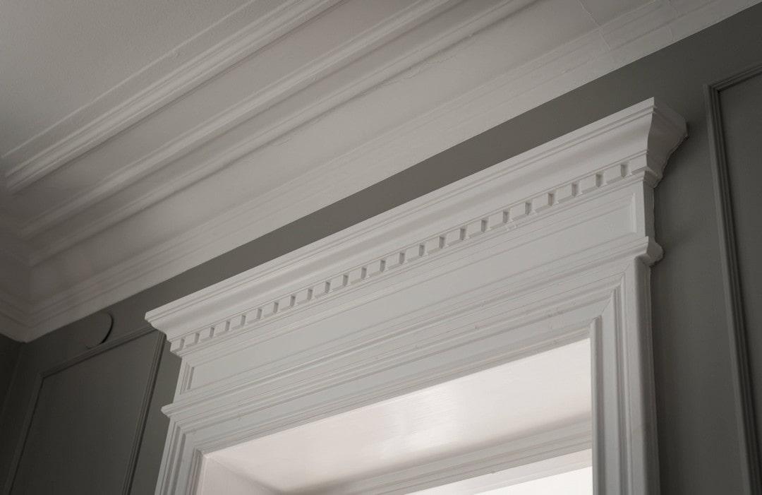 потолочный плинтус в классическом стиле