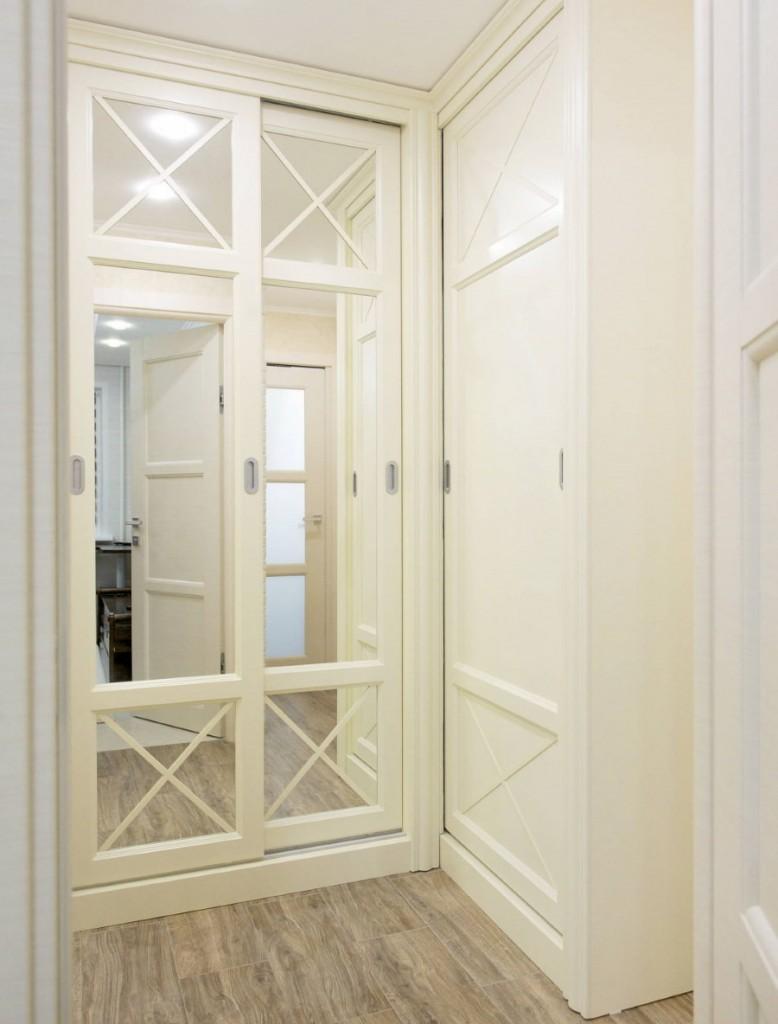 Встроенная прихожая с зеркалами на дверцах