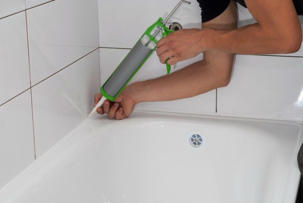 Бордюры для ванн: разновидности и порядок монтажа пластикового защитного плинтуса