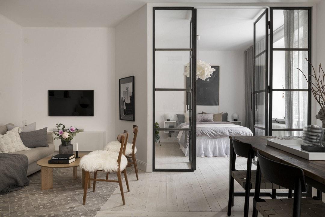 Двухкомнатная квартира-студия: дерево, мрамор и металл