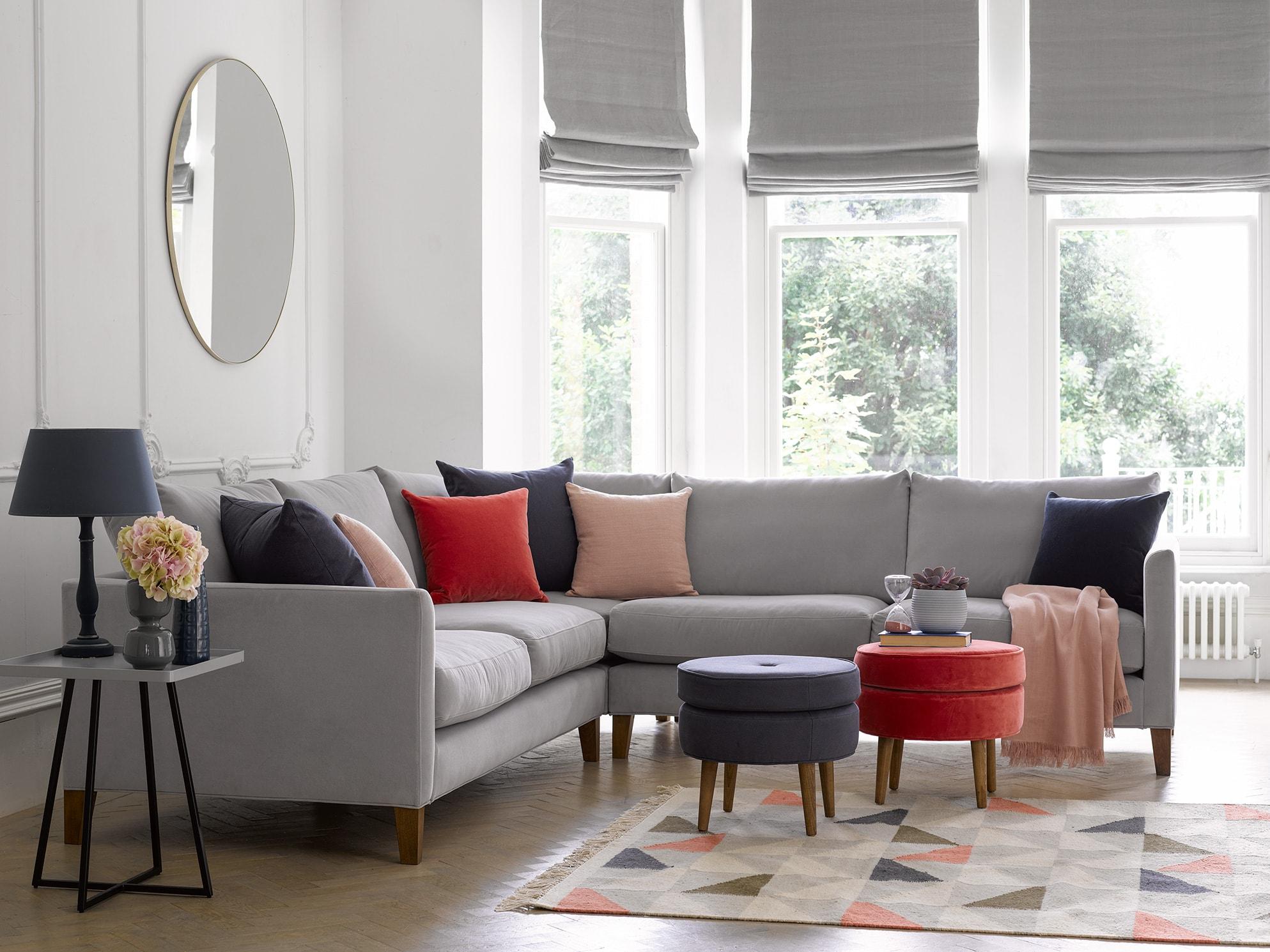 как поставить угловой диван в комнате