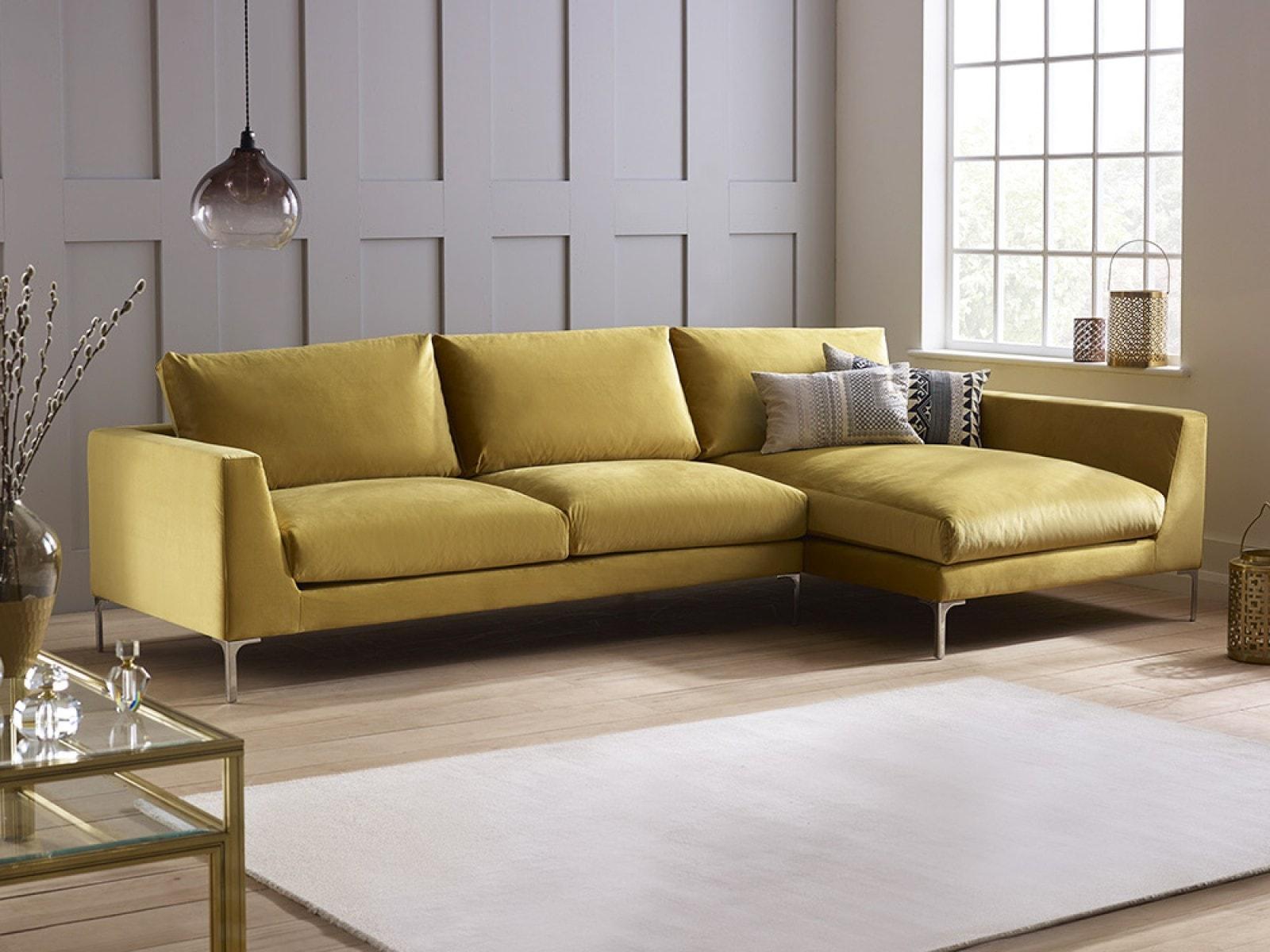 куда поставить угловой диван в зале