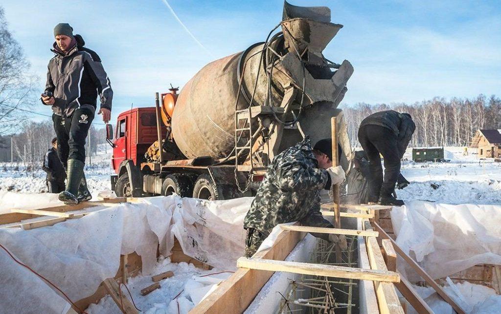 Что следует предпринимать при заливке бетонного фундамента во время зимних морозов