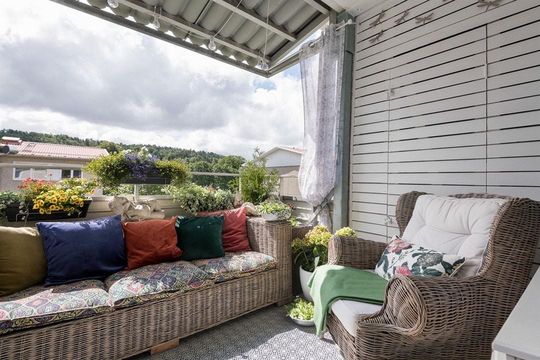 дизайн балкона с диваном