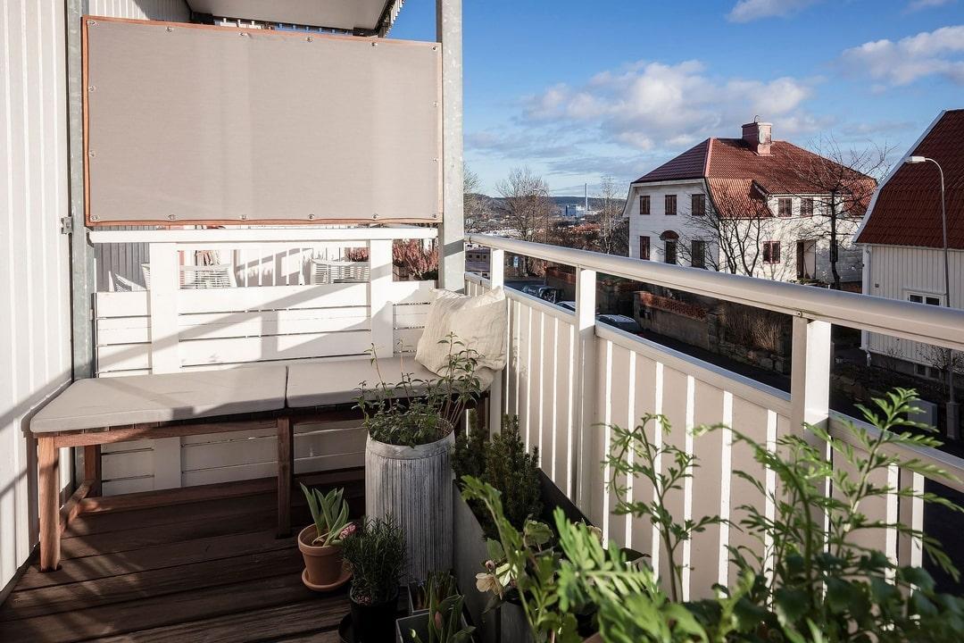 дизайн белого балкона
